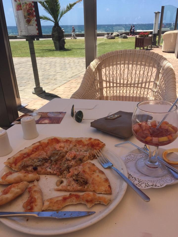 Sangria og pizza med gambas