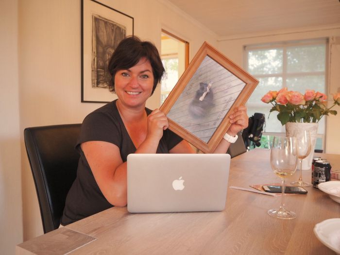 Trine Grung viser meg hvordan en snur bilder