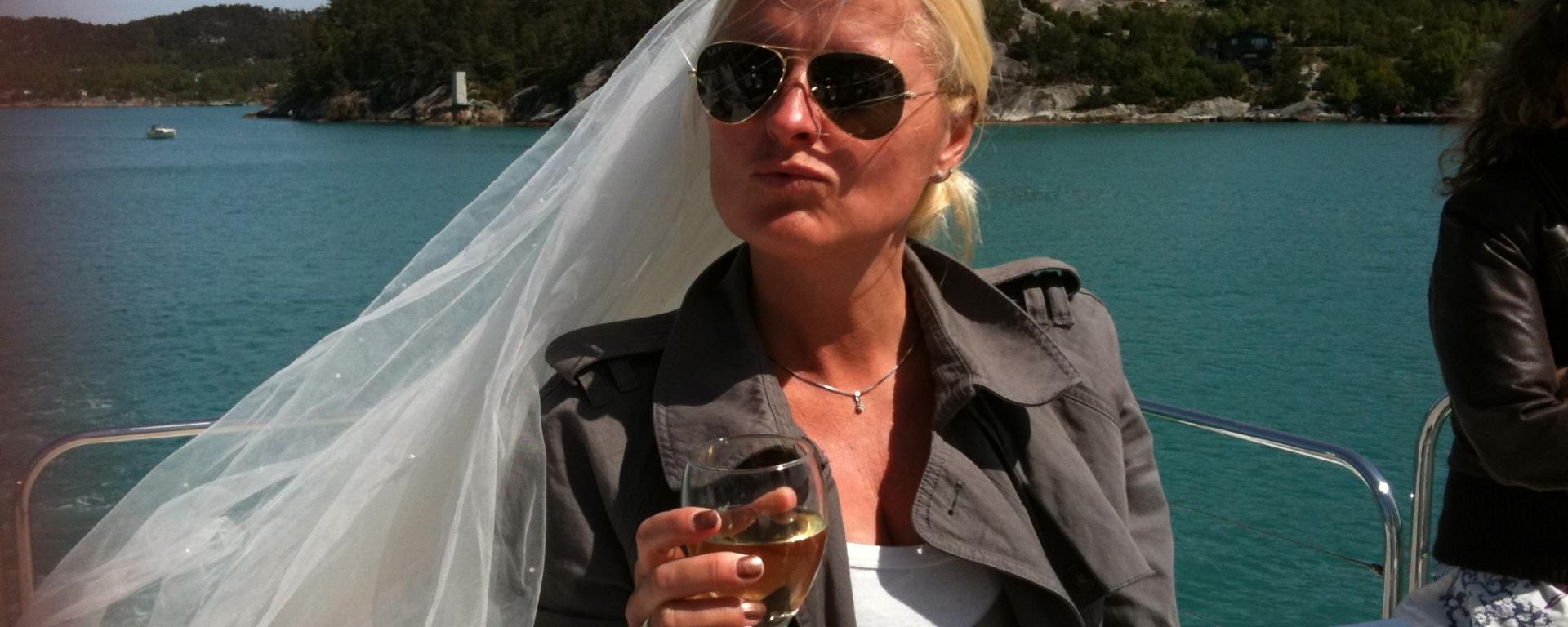 Husmor som prøver å være glamorøs? Dropp brudesløret da ihvertfall :-)